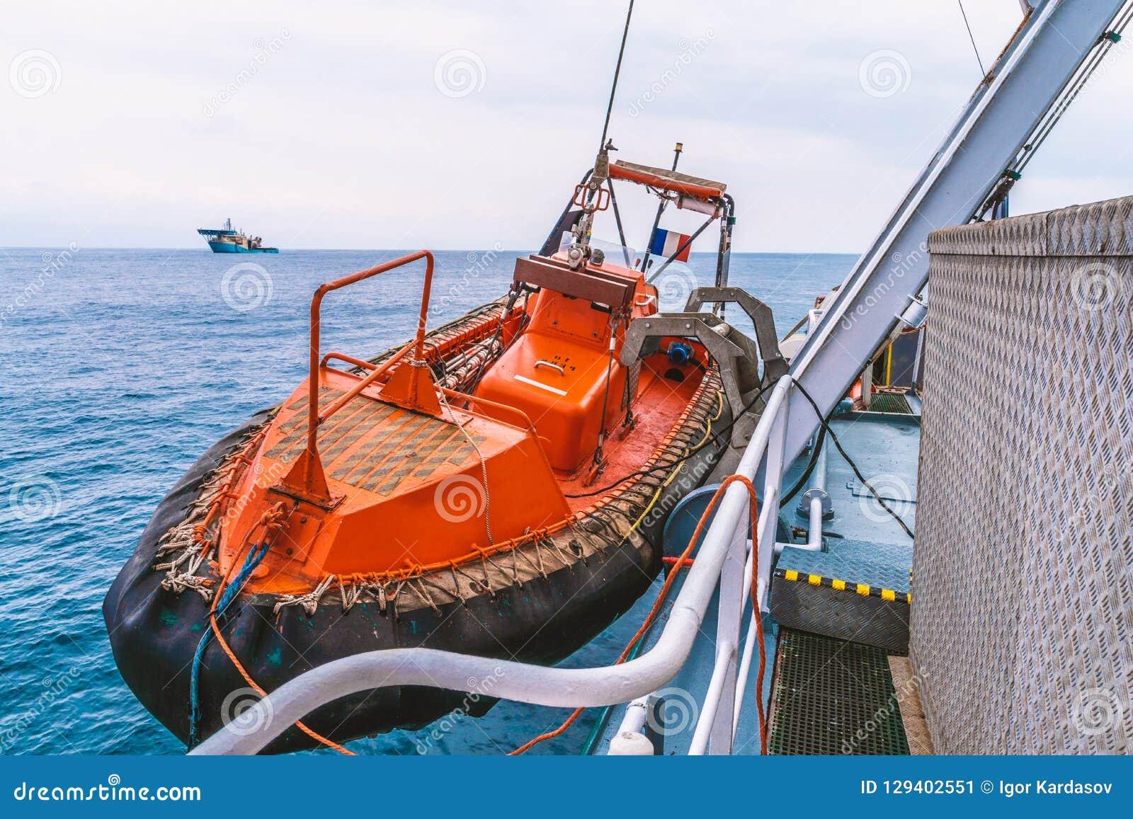 Bote salvavidas o bote de salvamento de FRC en el buque en el mar la nave del dsv está en fondo
