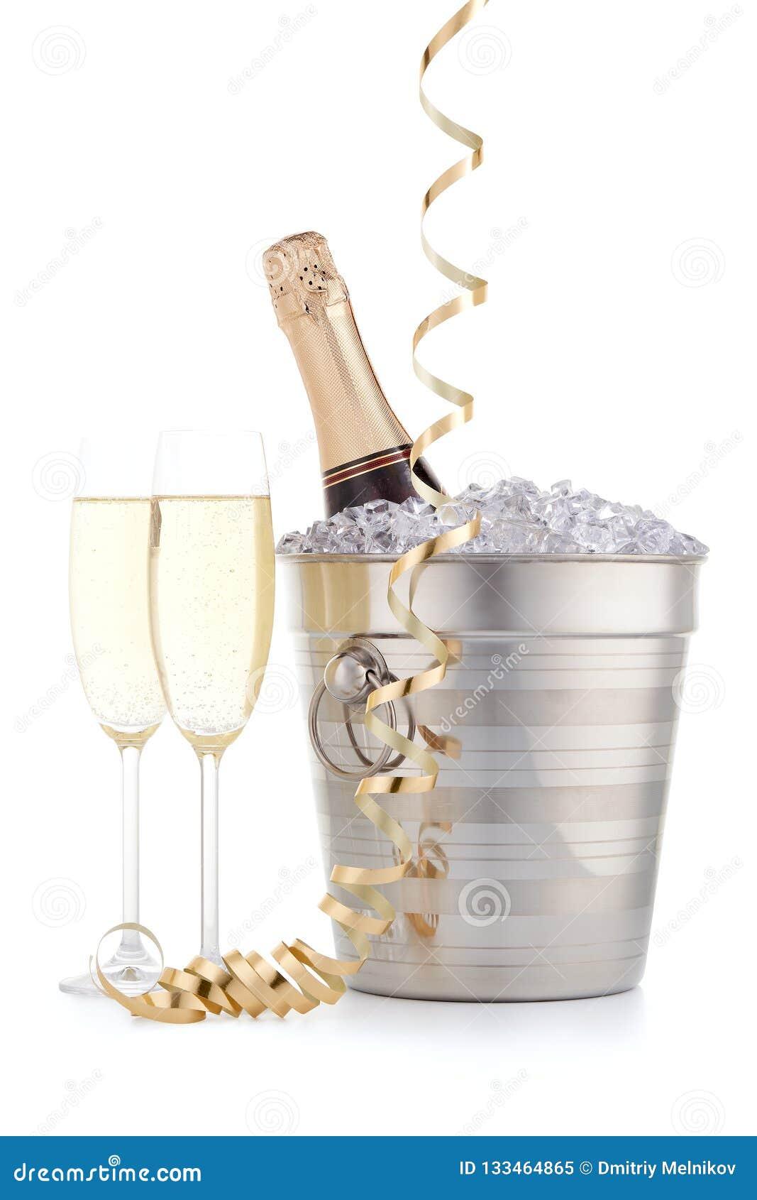 Botella con champán y dos copas llenas