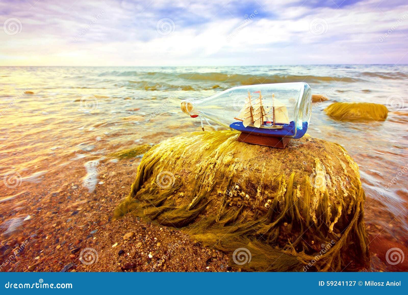 Download Botella con la nave dentro imagen de archivo. Imagen de modelo - 59241127