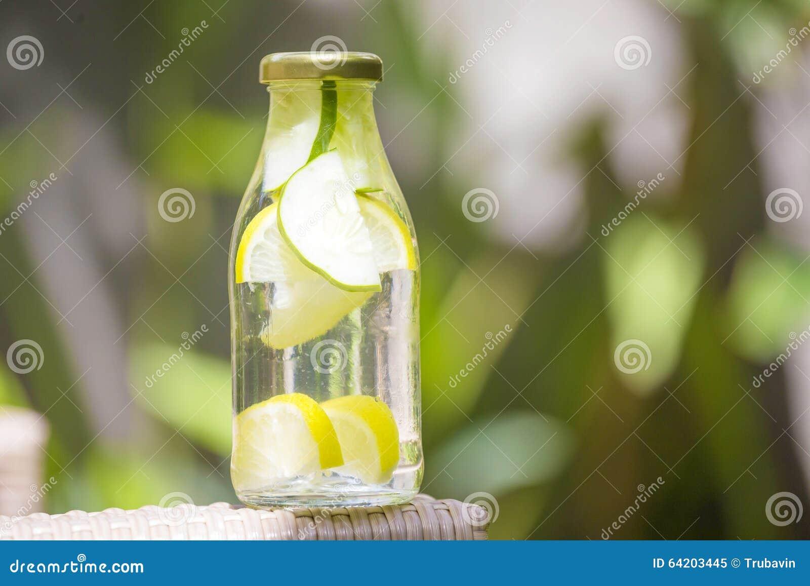 Botella de agua de la frescura con el pepino