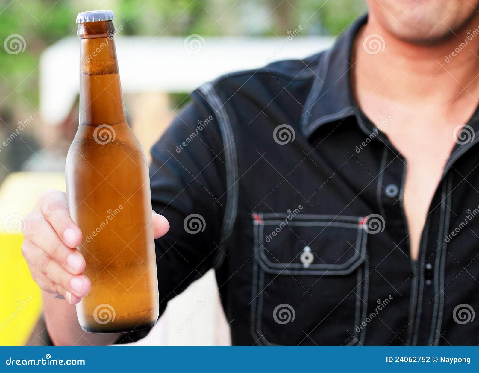 Botella de cerveza a disposición