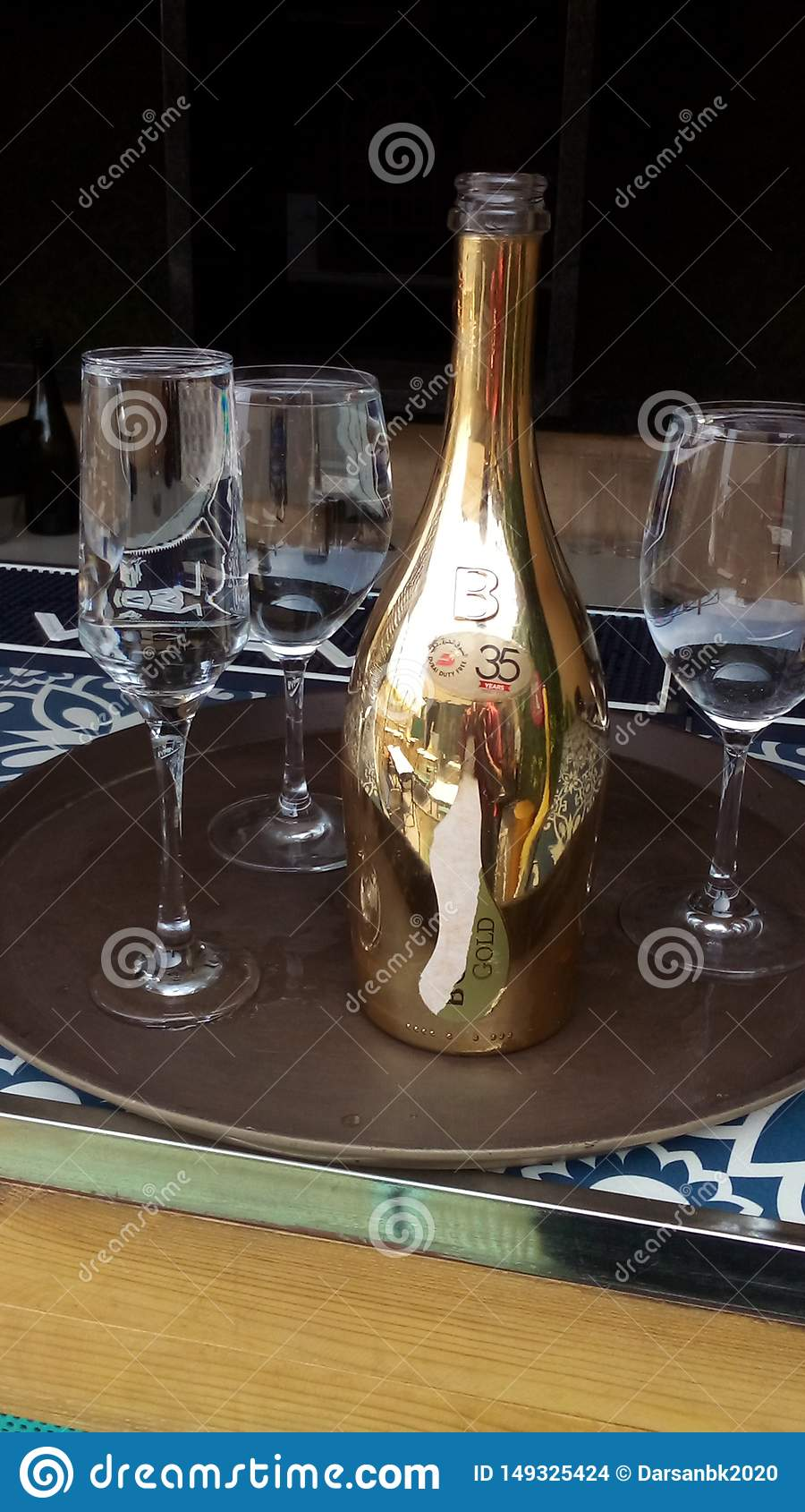 Botella de champ?n con los vidrios que tienen agua en ella