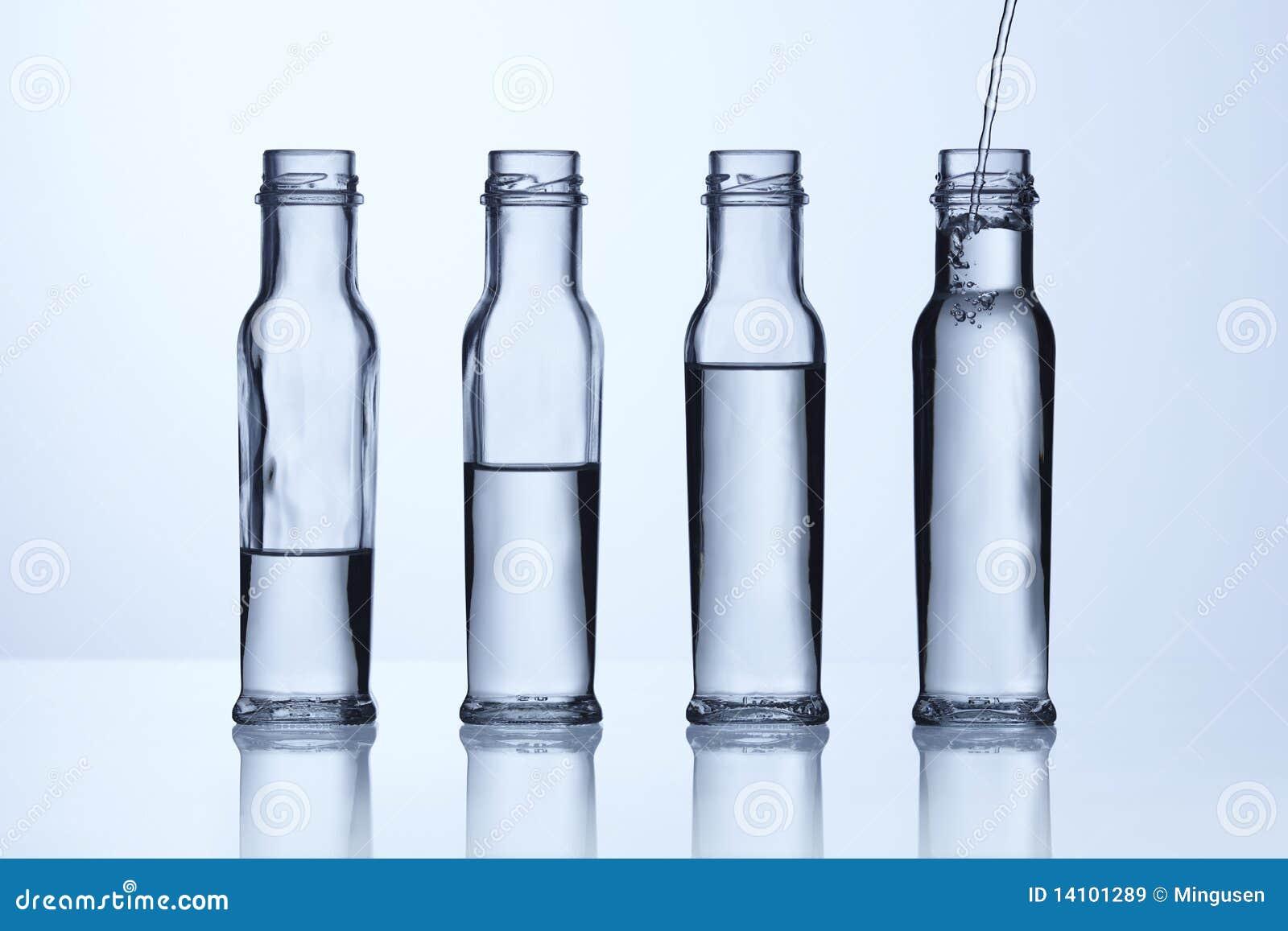 Botella de cristal con diversos niveles del agua imagen de for Botellas de cristal ikea