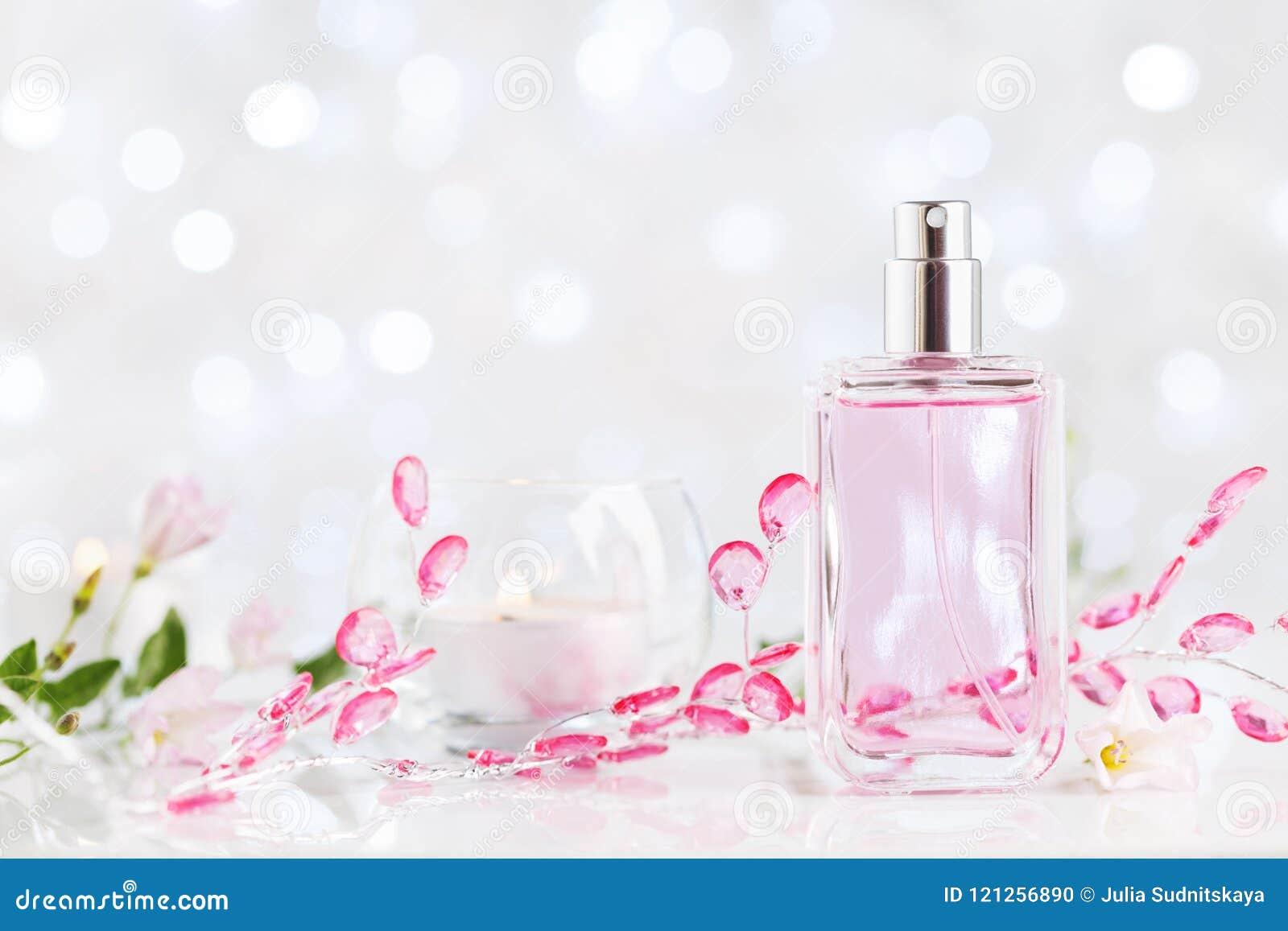 Botella de perfume con fragancia de la flor fresca Belleza y fondo de la perfumería