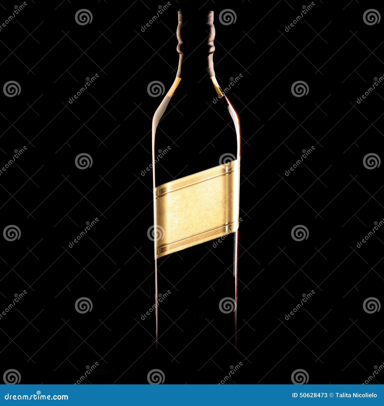 Botella de whisky en la oscuridad