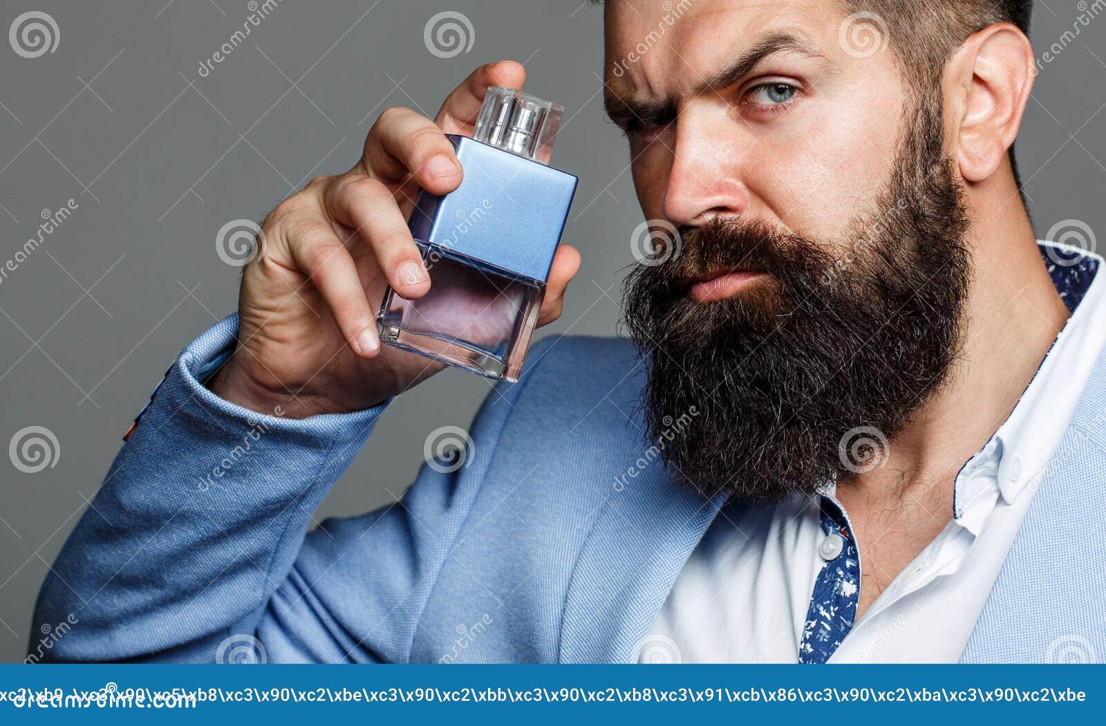 Botella del cologne de la moda El varón barbudo prefiere el olor costoso de la fragancia Perfume del hombre, fragancia Fragancia