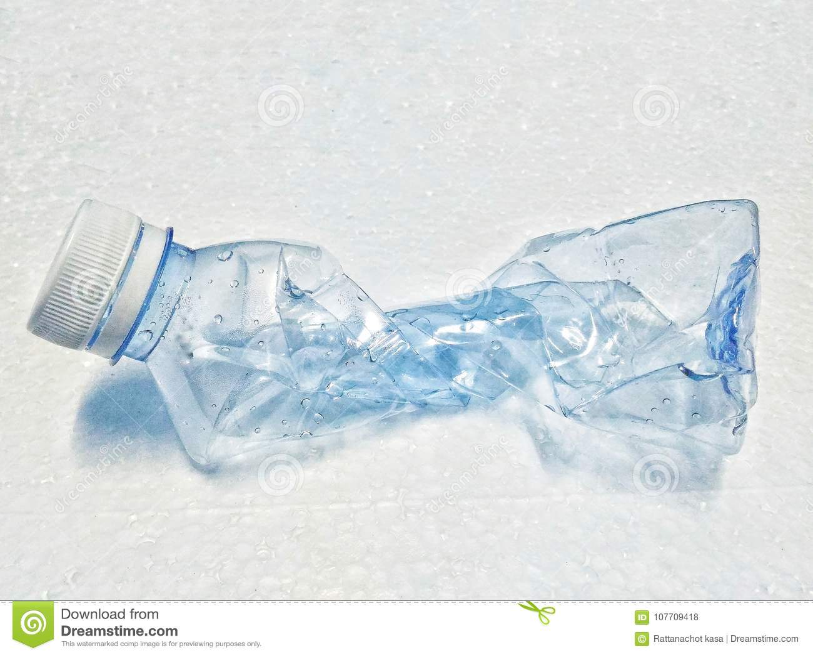 Botella en piso de la espuma