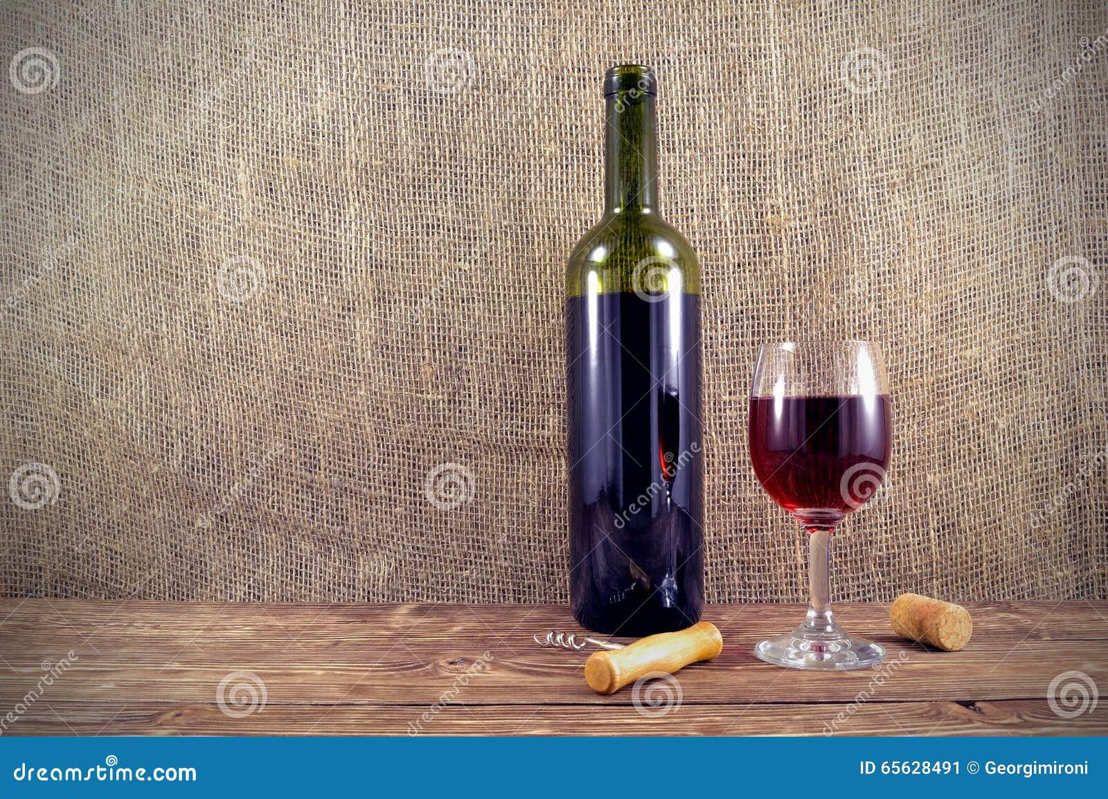 Botella y vidrio de vino en la tabla