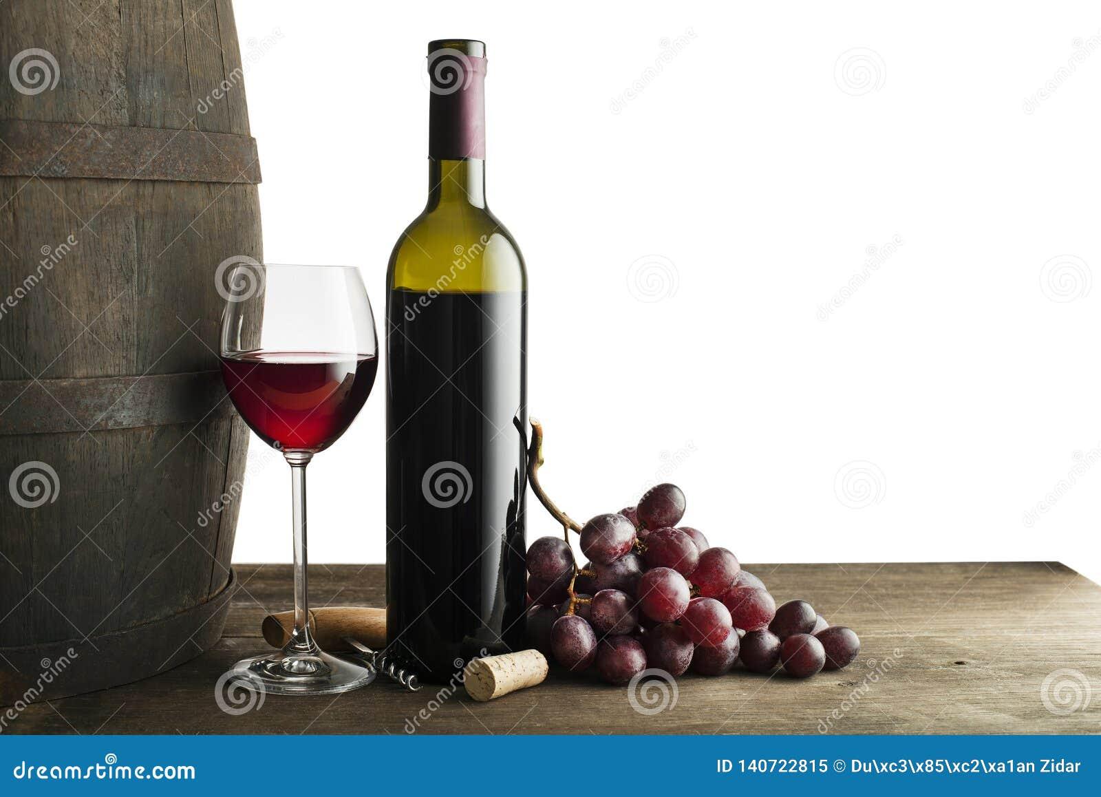 Botella y vidrio de vino rojo aislados en blanco