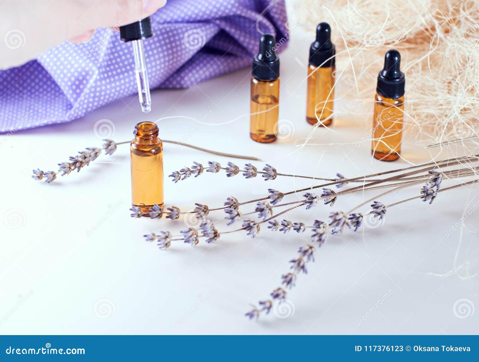 Botellas de Brown de aceite esencial con lavanda seca