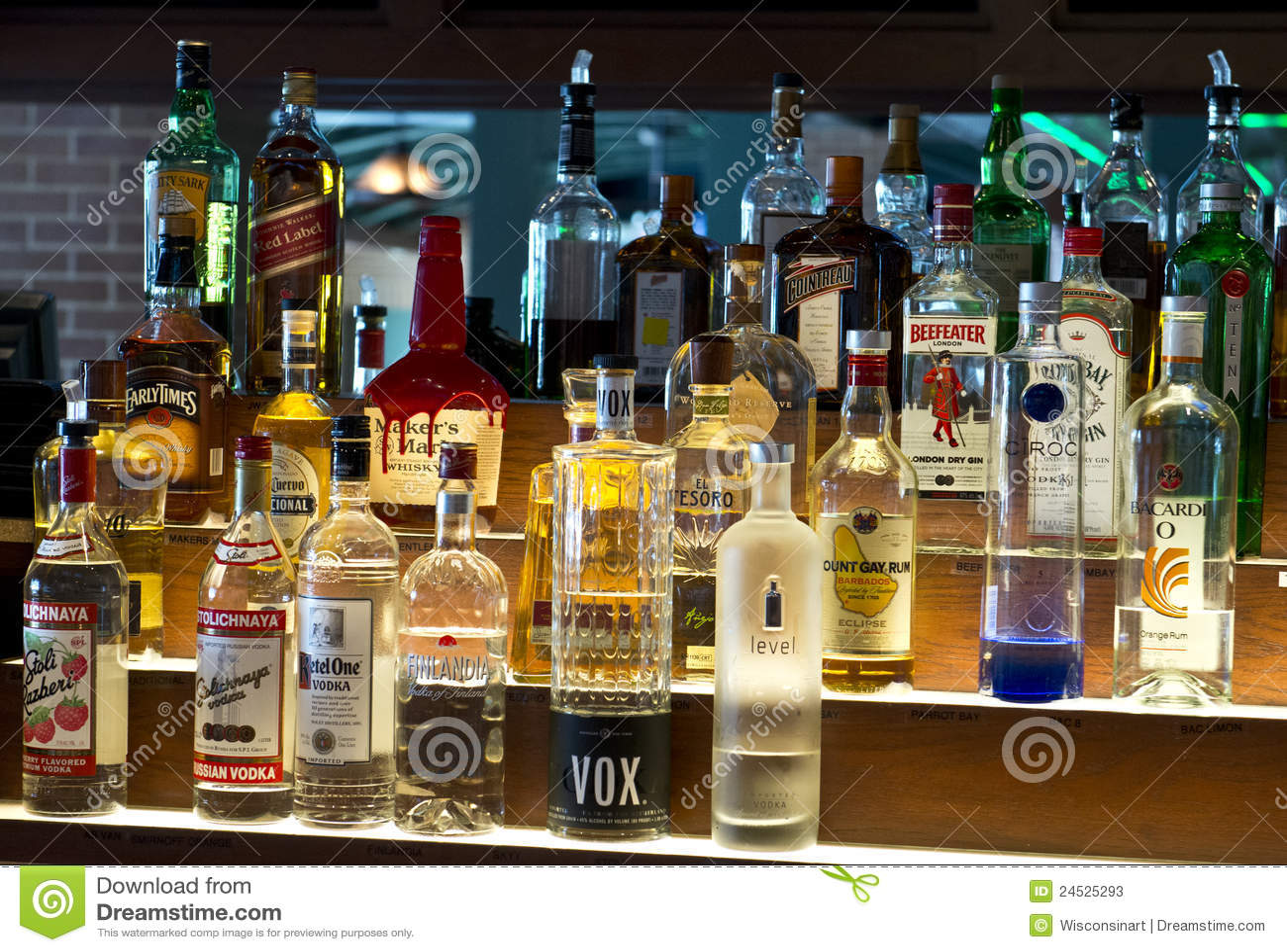 Botellas de licores, licor, alcohol en una barra, taberna