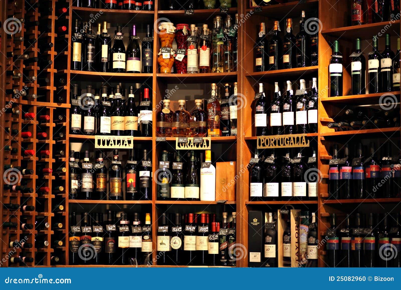 Botellas de vino imagen editorial imagen de s tano rojo - Estanterias de vino ...
