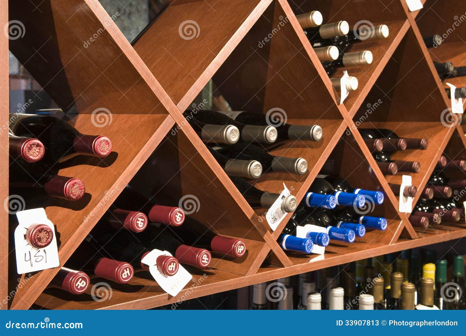 Botellas de vino en estantes foto de archivo editorial - Estantes para vinos ...
