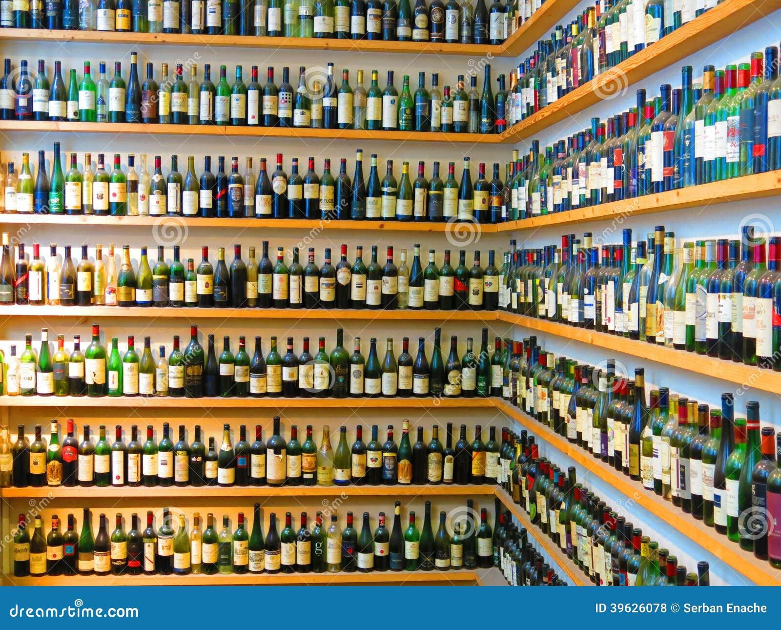 Botellas De Vino En Estantes Foto de archivo editorial - Imagen de ...