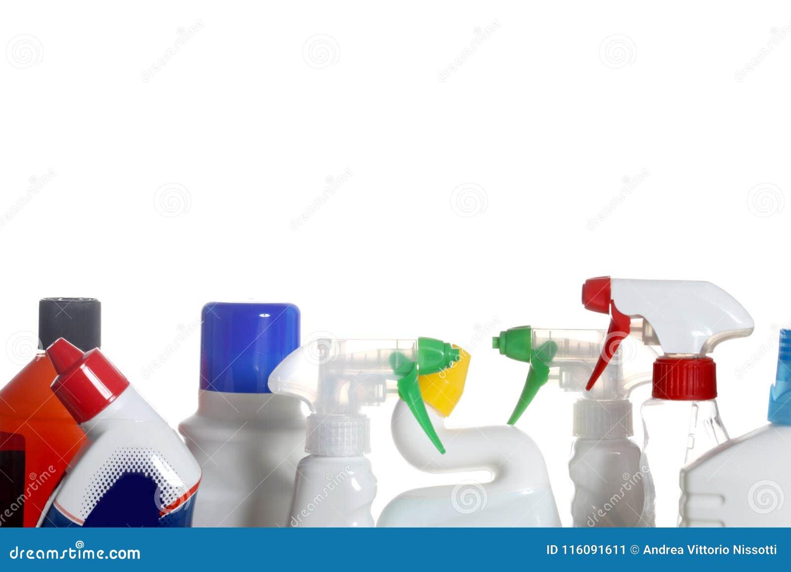 Botellas plásticas de los detergentes aisladas en el fondo blanco