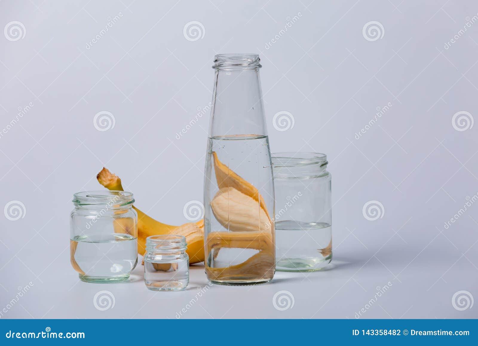 Botellas y frutas transparentes de cristal