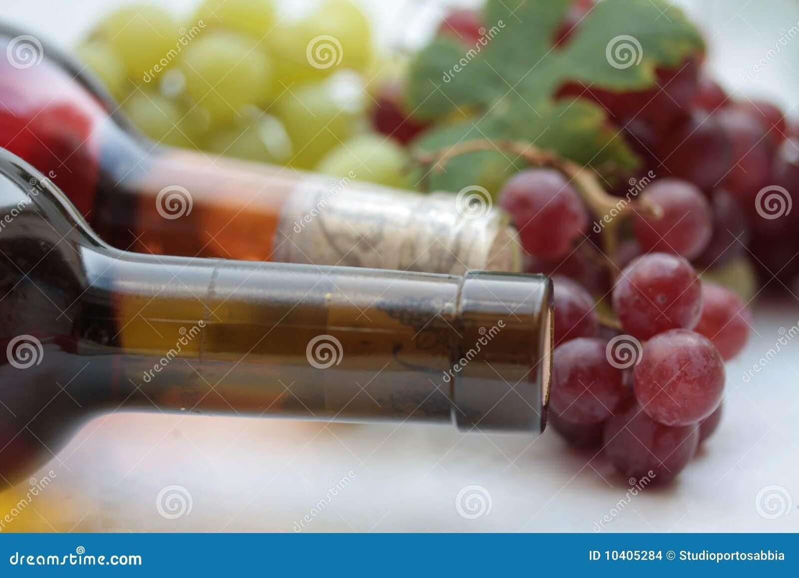 Botellas Y Uvas De Vino Imagenes De Archivo