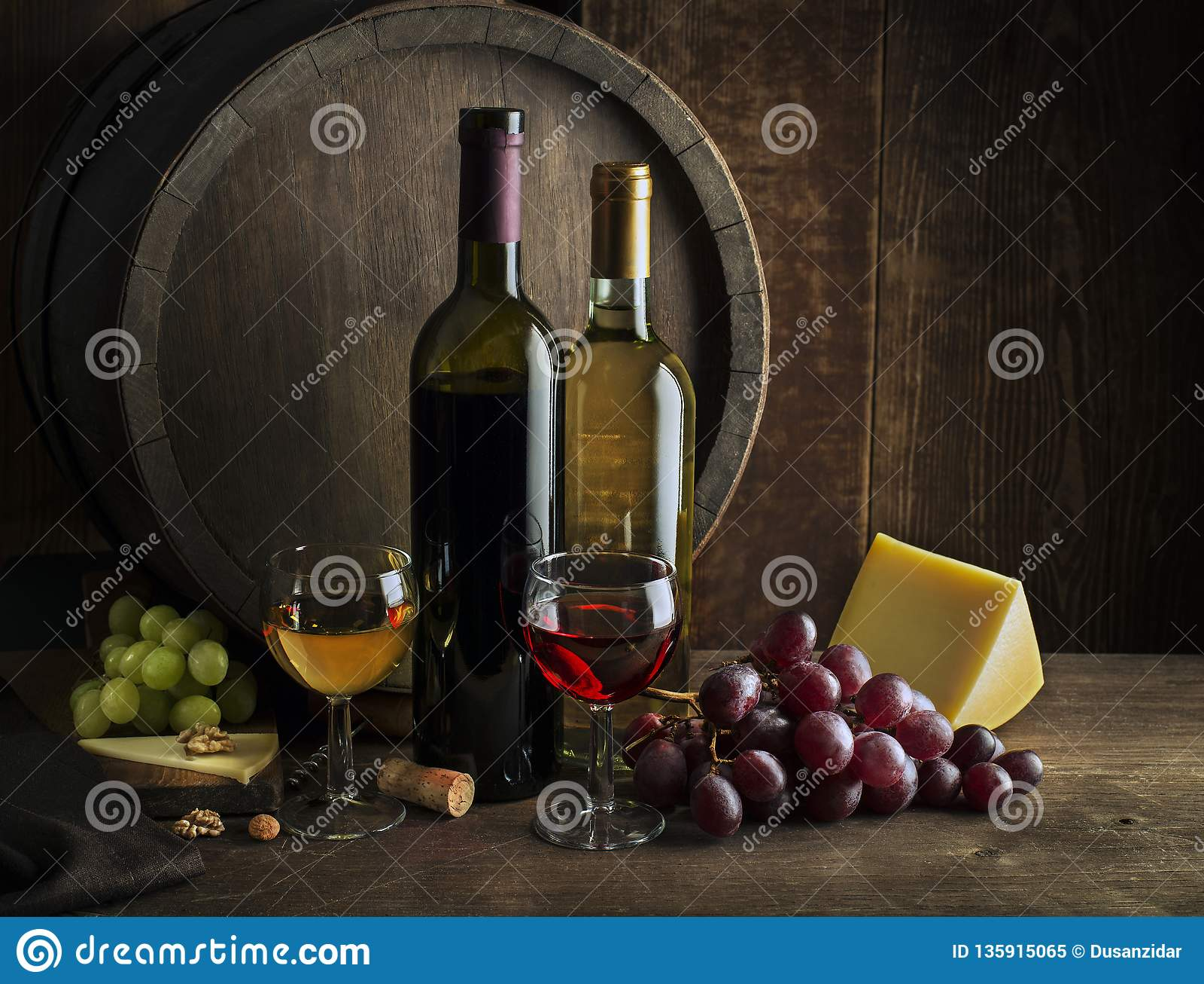 Botellas y vidrios de vino blanco y rojo