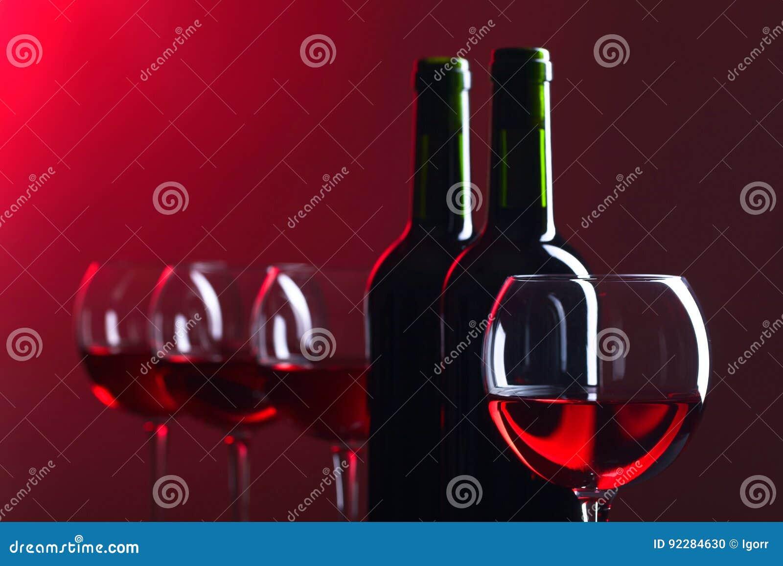 Botellas y vidrios de vino rojo