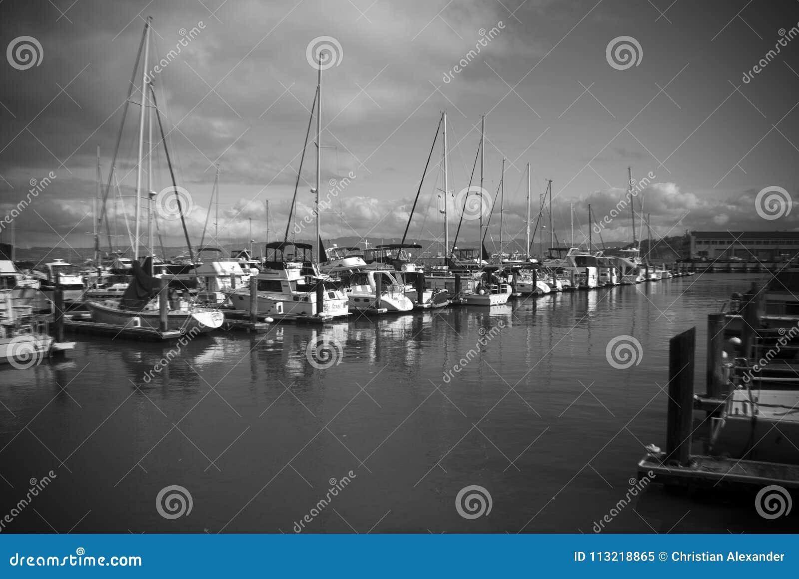 Boten bij een jachthaven worden vastgelegd die