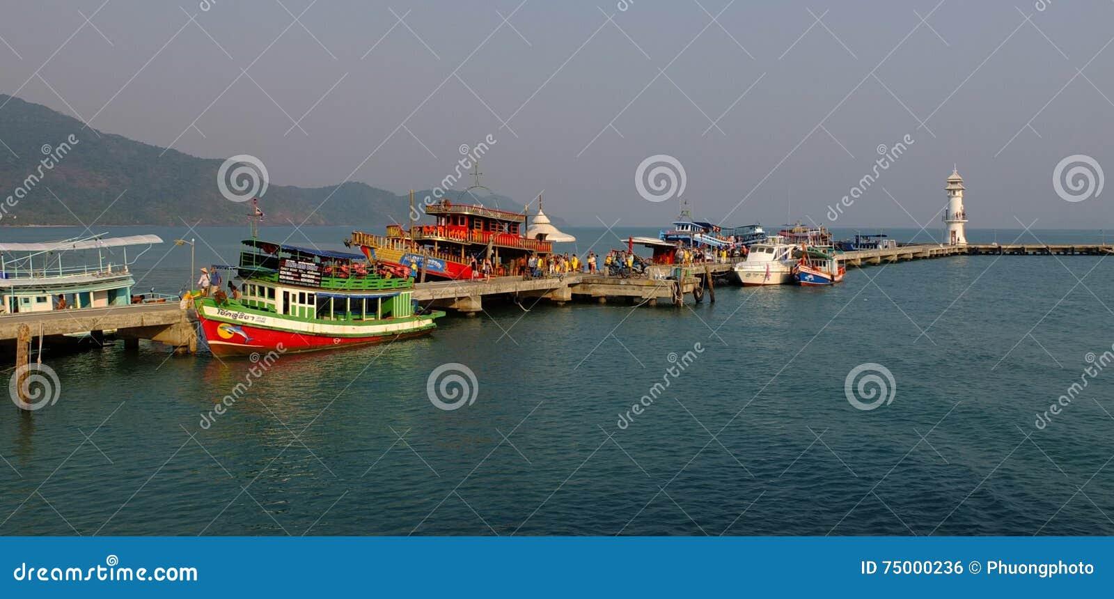 Boten bij toeristenpier op Phuket-eiland in Thailand