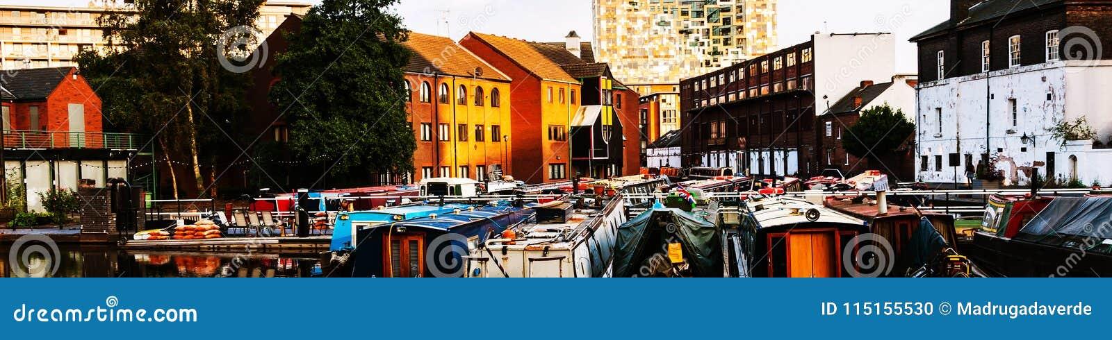 Boten in de avond bij het beroemde kanaal van Birmingham in het UK worden vastgelegd dat