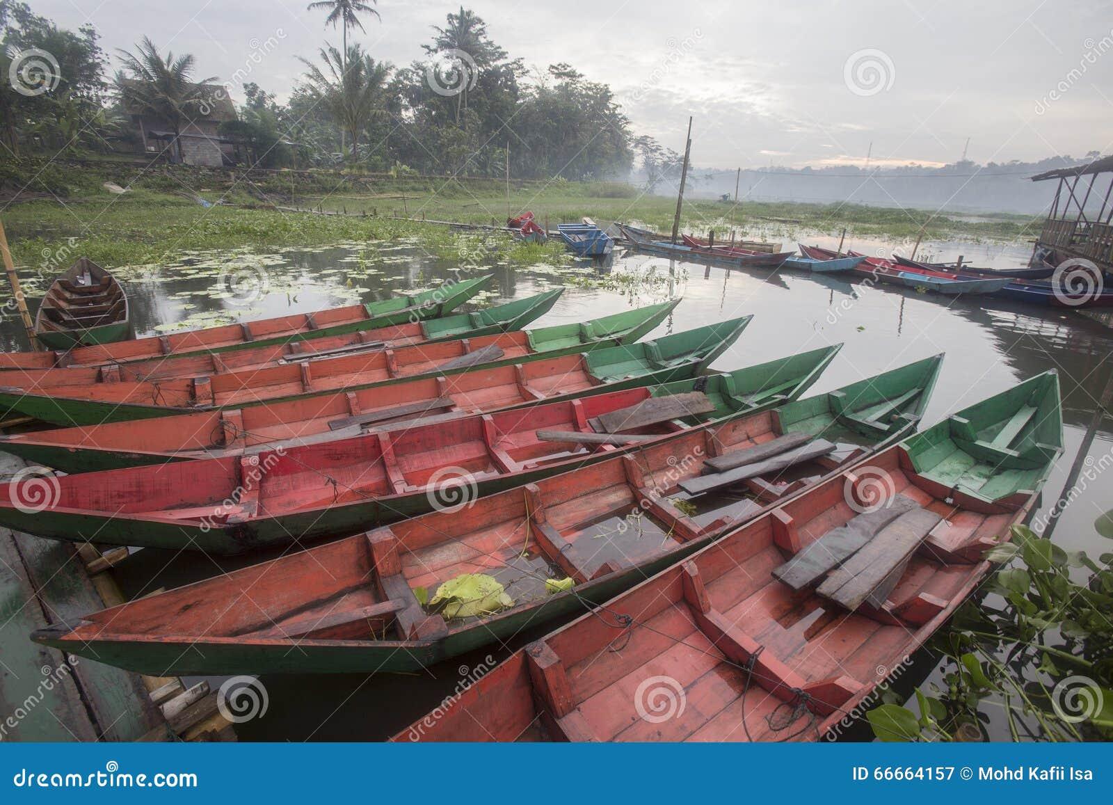 Boten die bij het Meer van Rawa Pening, Indonesië parkeren