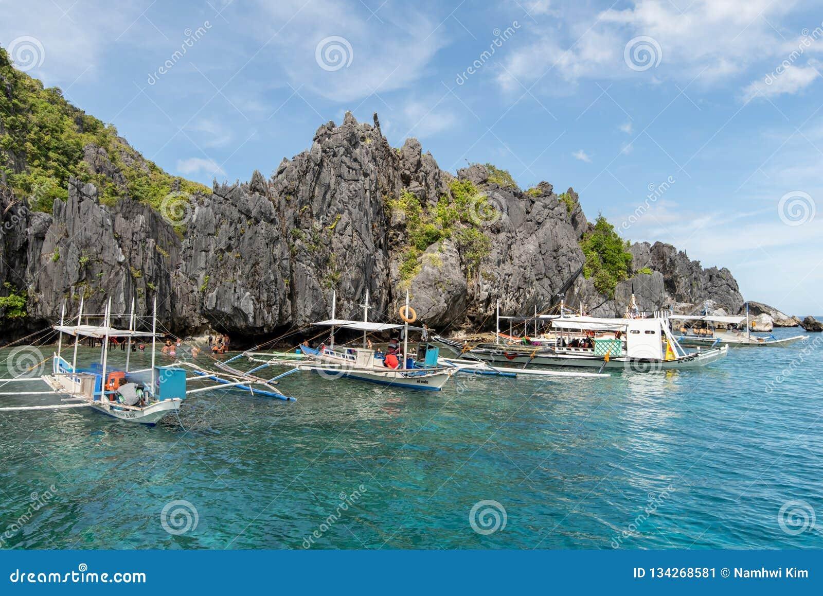 Boten die op reizigers bij het Verborgen Strand van Gr nido, Palawan, Filippijnen, 18,2018 wachten Nov.