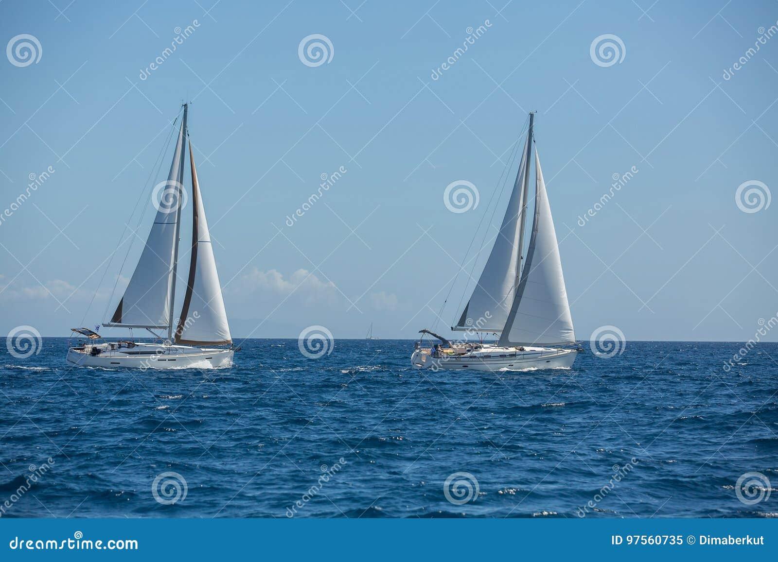 Boten in het varen regatta sailing