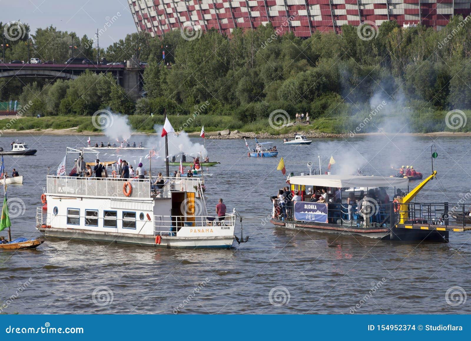 Boten op de rivier Vistula in Warshau tijdens de viering van 75ste verjaardag van de Opstand van Warshau