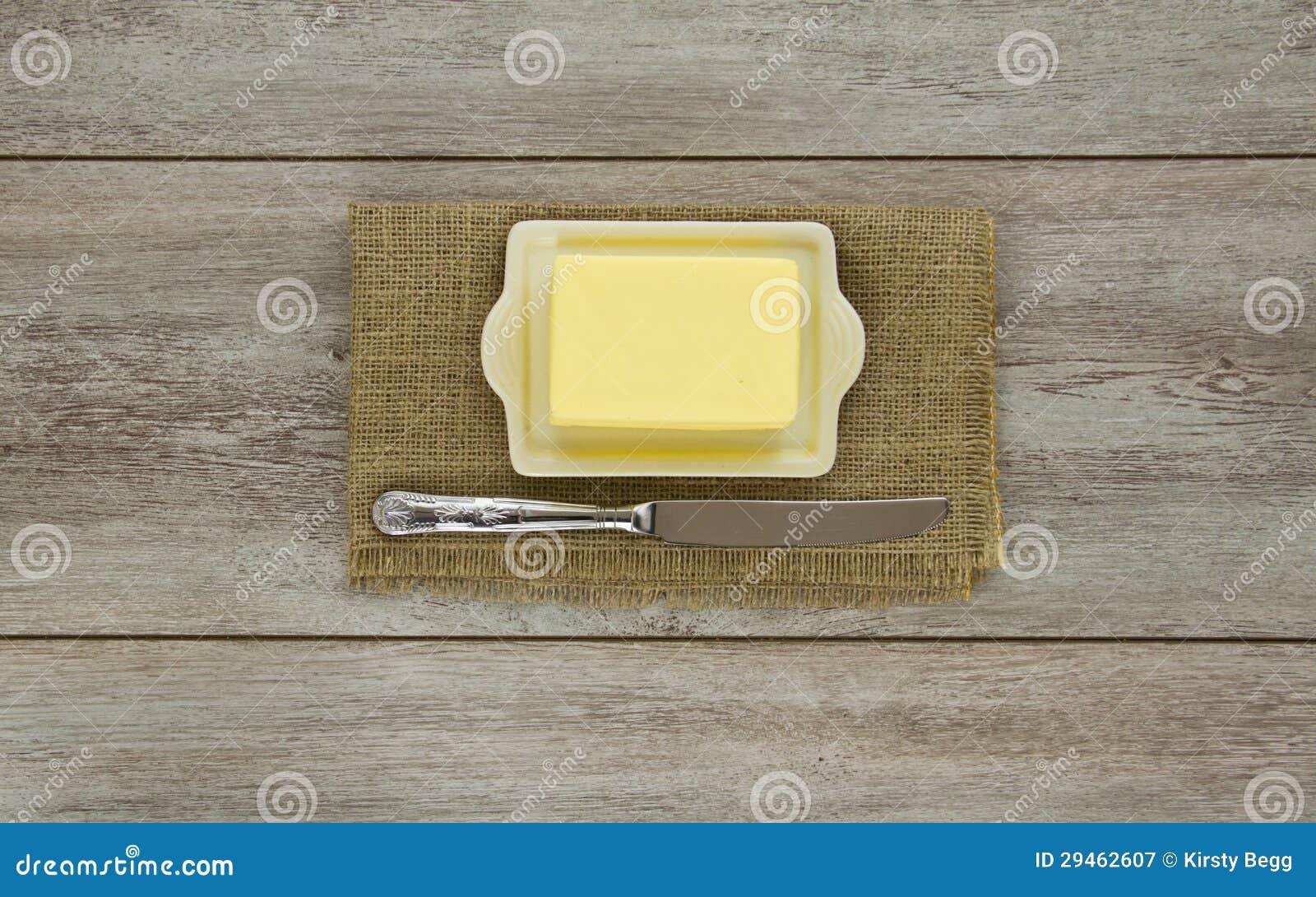 Boter op schotel met mes