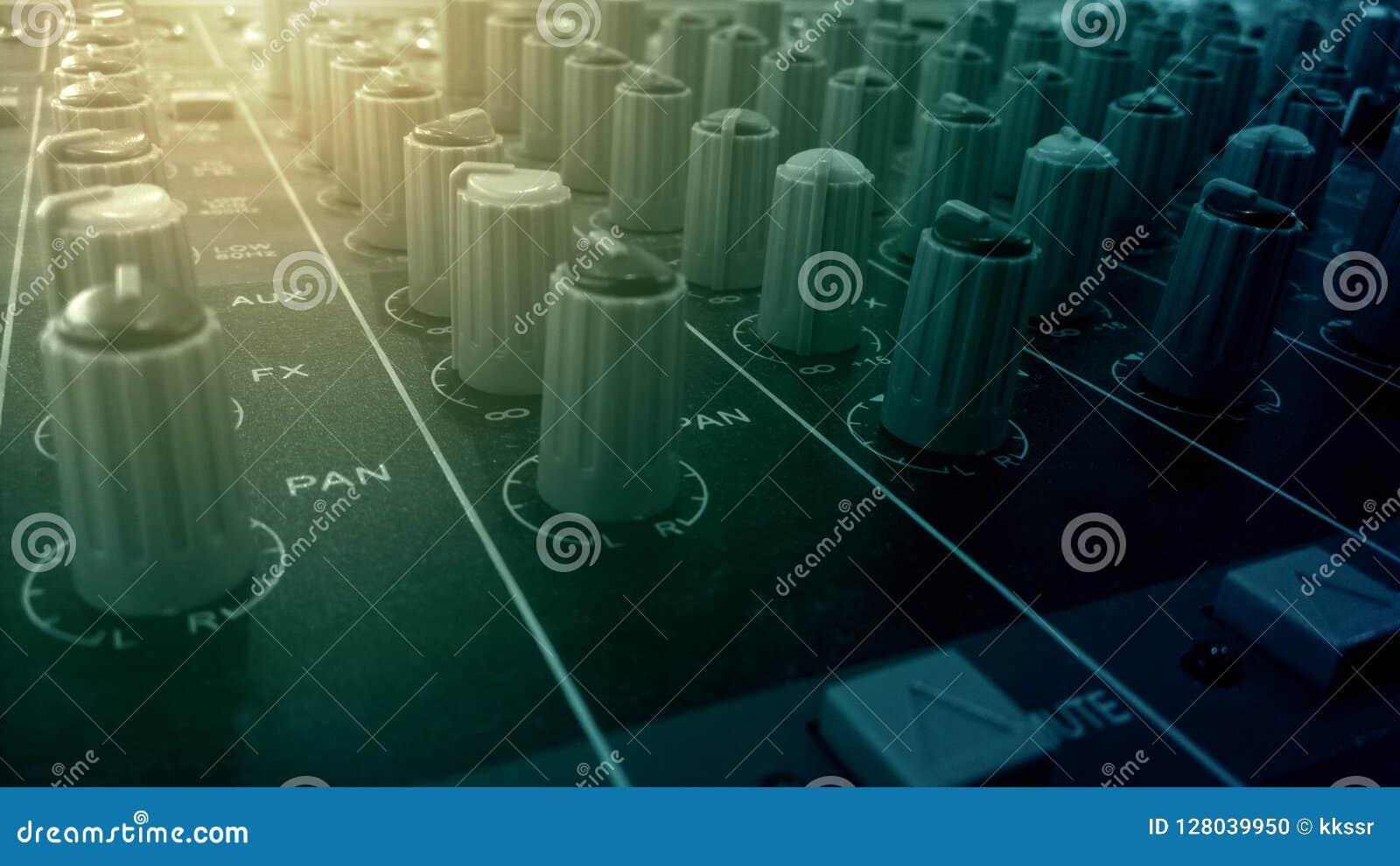Botones audios del mezclador y del amplificador en sitio de grabación de sonidos del estudio