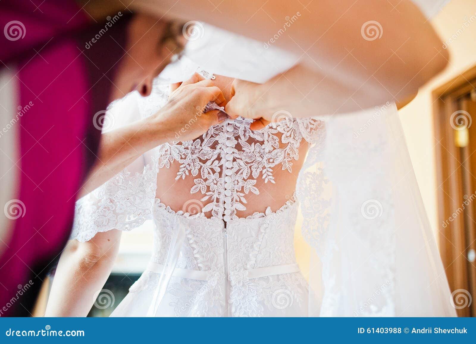 Como poner botones a un vestido de novia