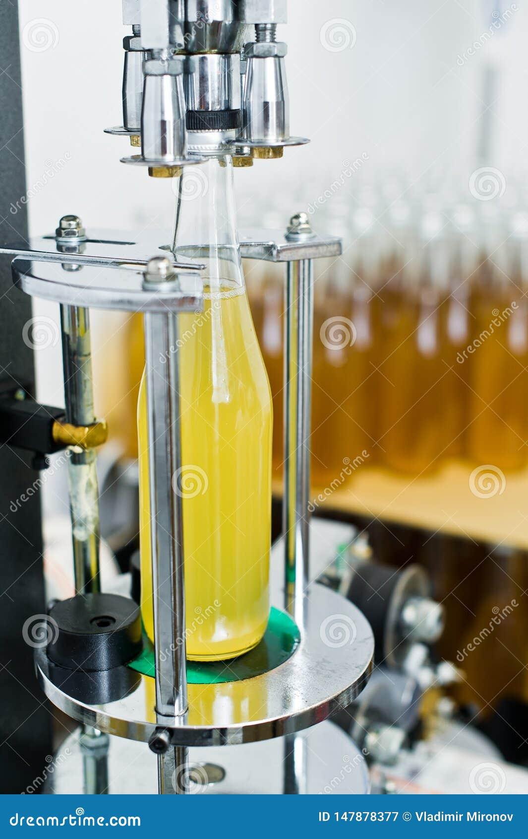 Bottelende fabriek - Bier bottellijn voor verwerking en bottelend bier in flessen