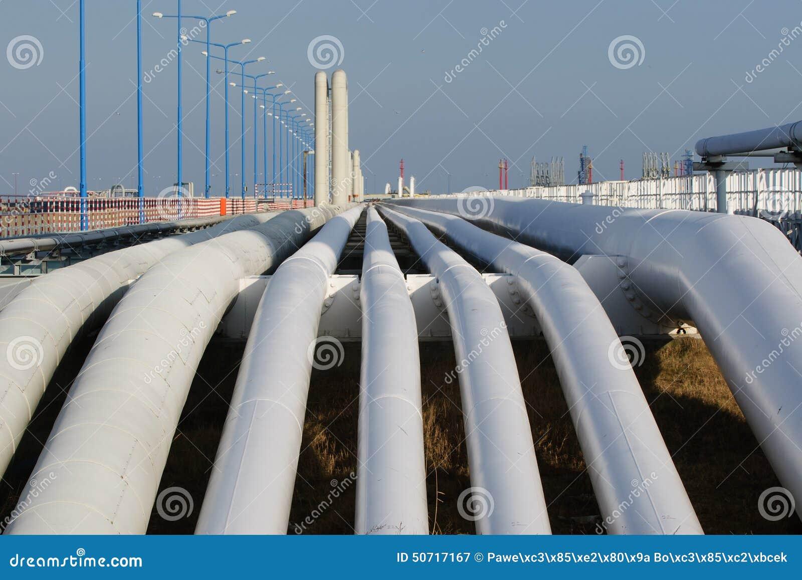Botten som skjutas av en rörledning på solnedgången Rörledningtrans. är mest gemensam väg av att transportera gods liksom olja, n
