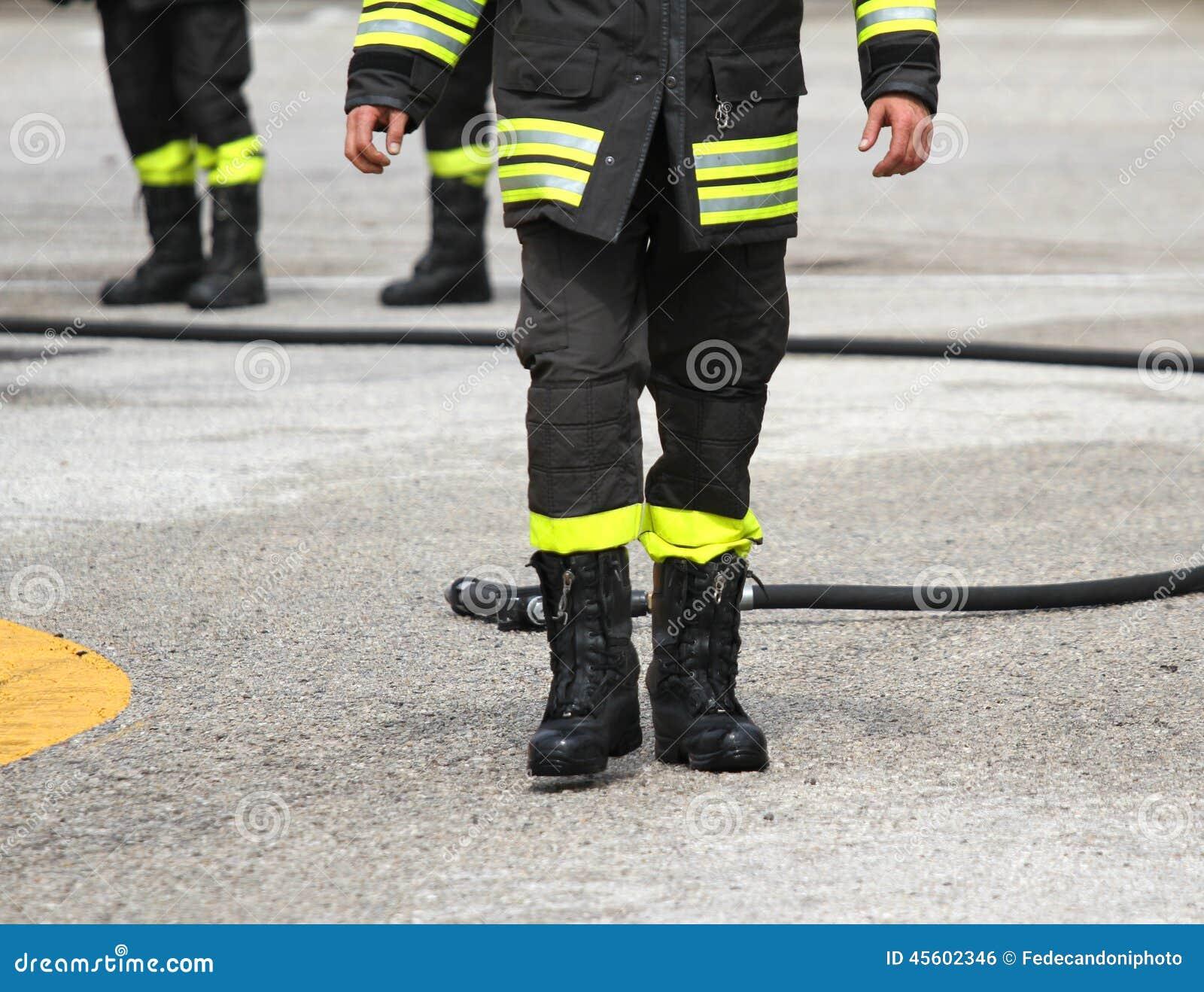bottes protectrices d 39 un sapeur pompier apr s le. Black Bedroom Furniture Sets. Home Design Ideas