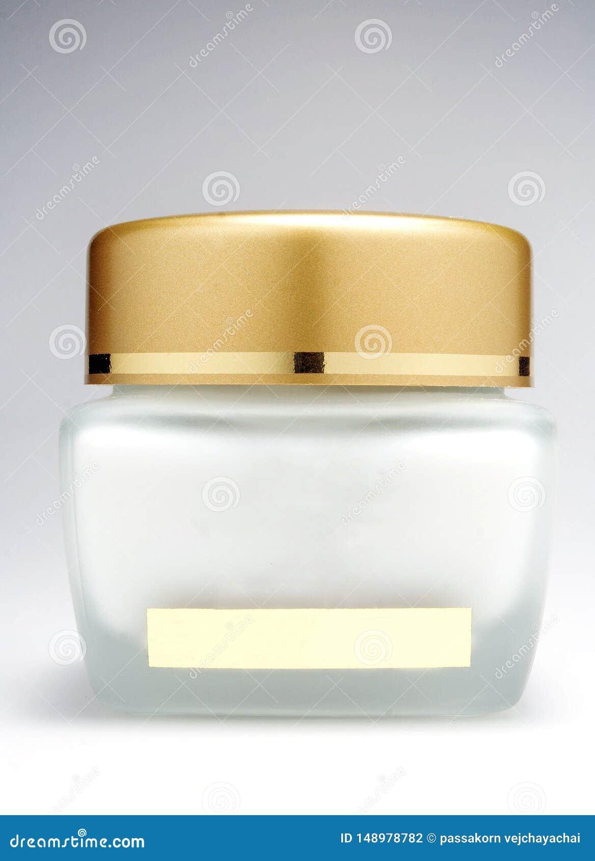 Bottiglia crema dei cosmetici con un fondo bianco