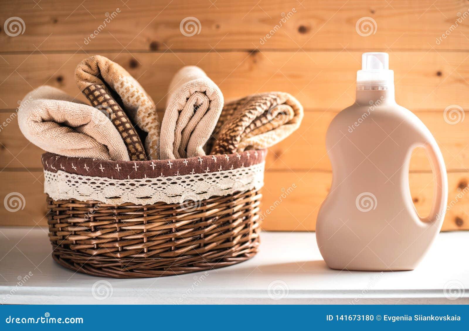 Bottiglia della merce nel carrello degli asciugamani e del detersivo