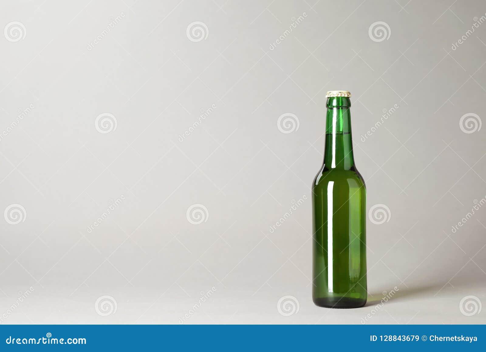 Bottiglia di birra su fondo grigio