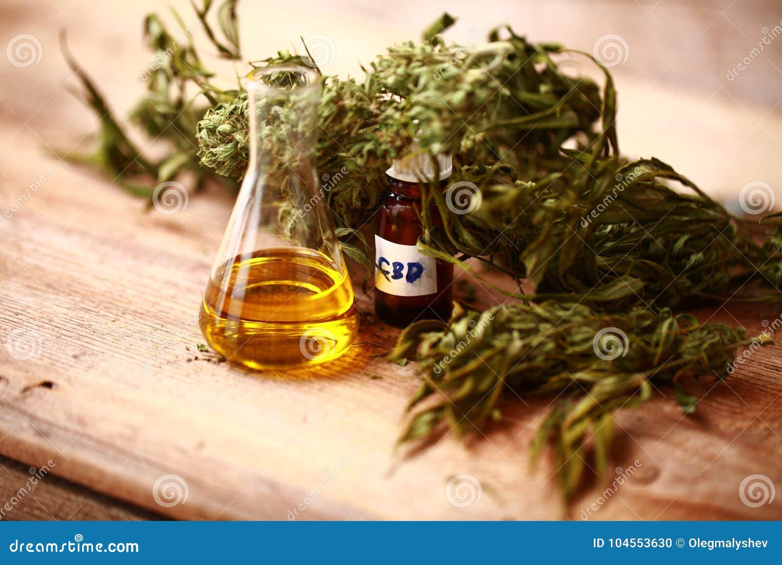 Bottiglia di olio di CBD e cannabis dei prodotti della canapa