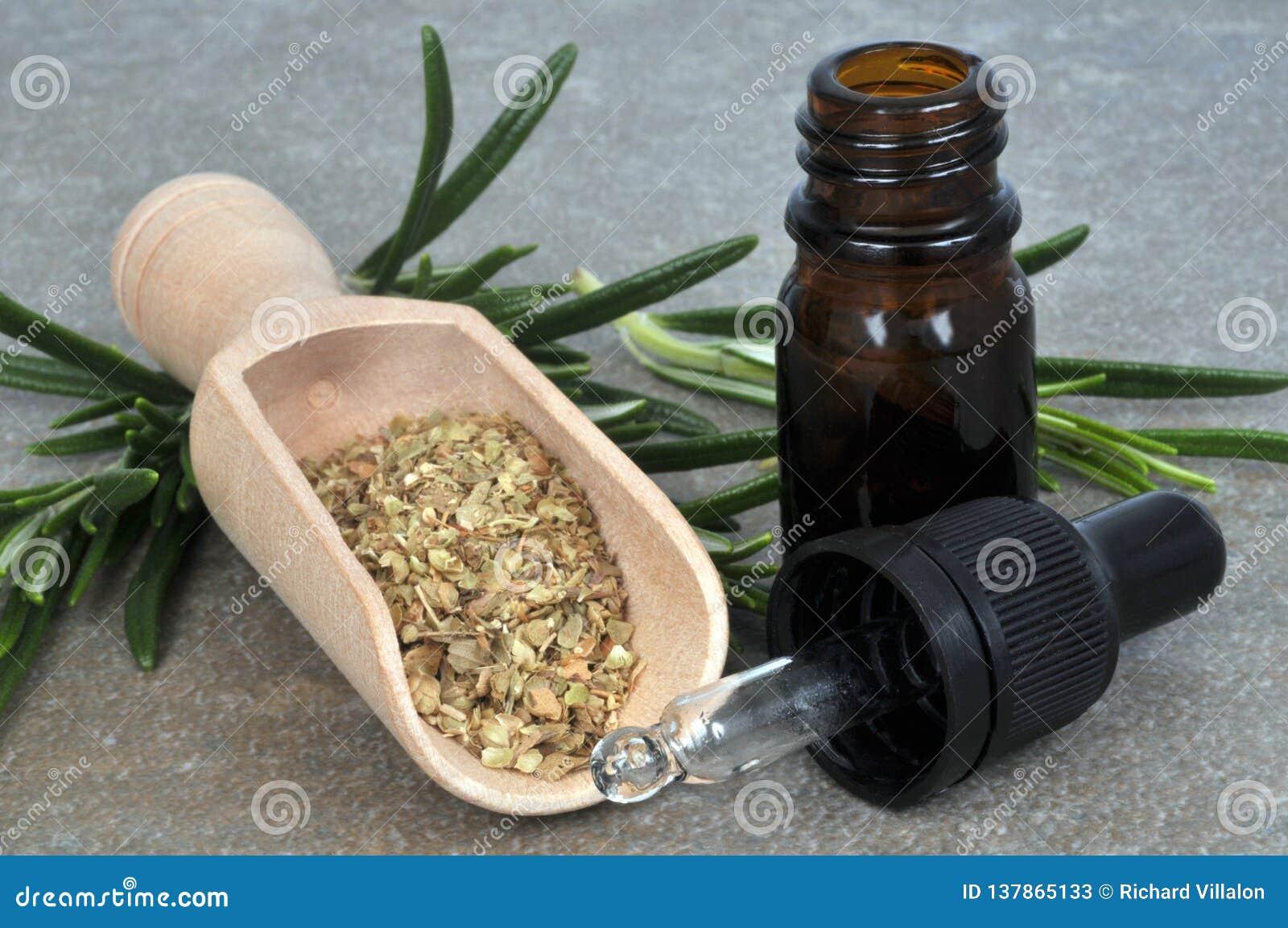 Bottiglia di olio essenziale dei rosmarini