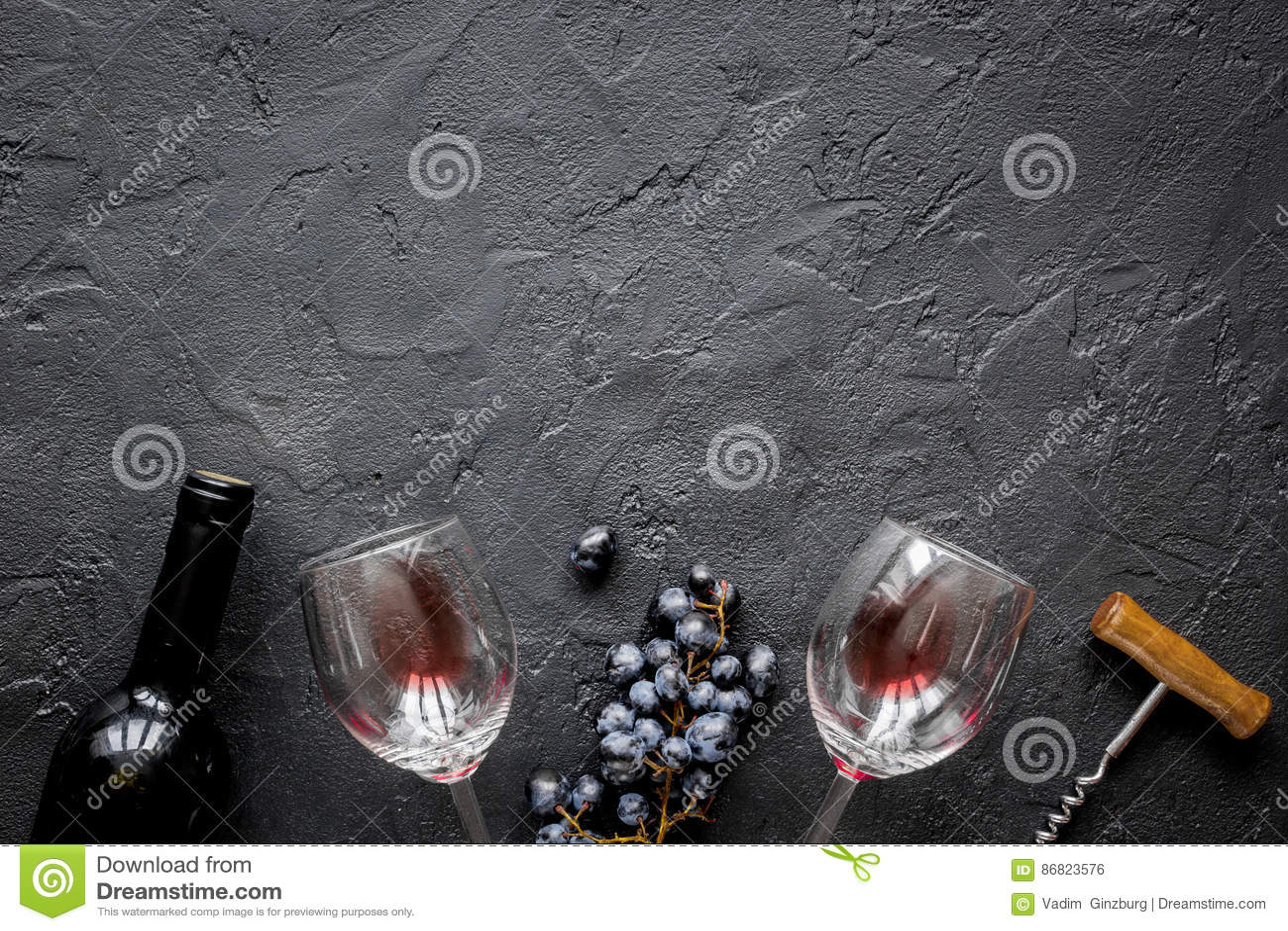 Datati vecchi bicchieri di vino