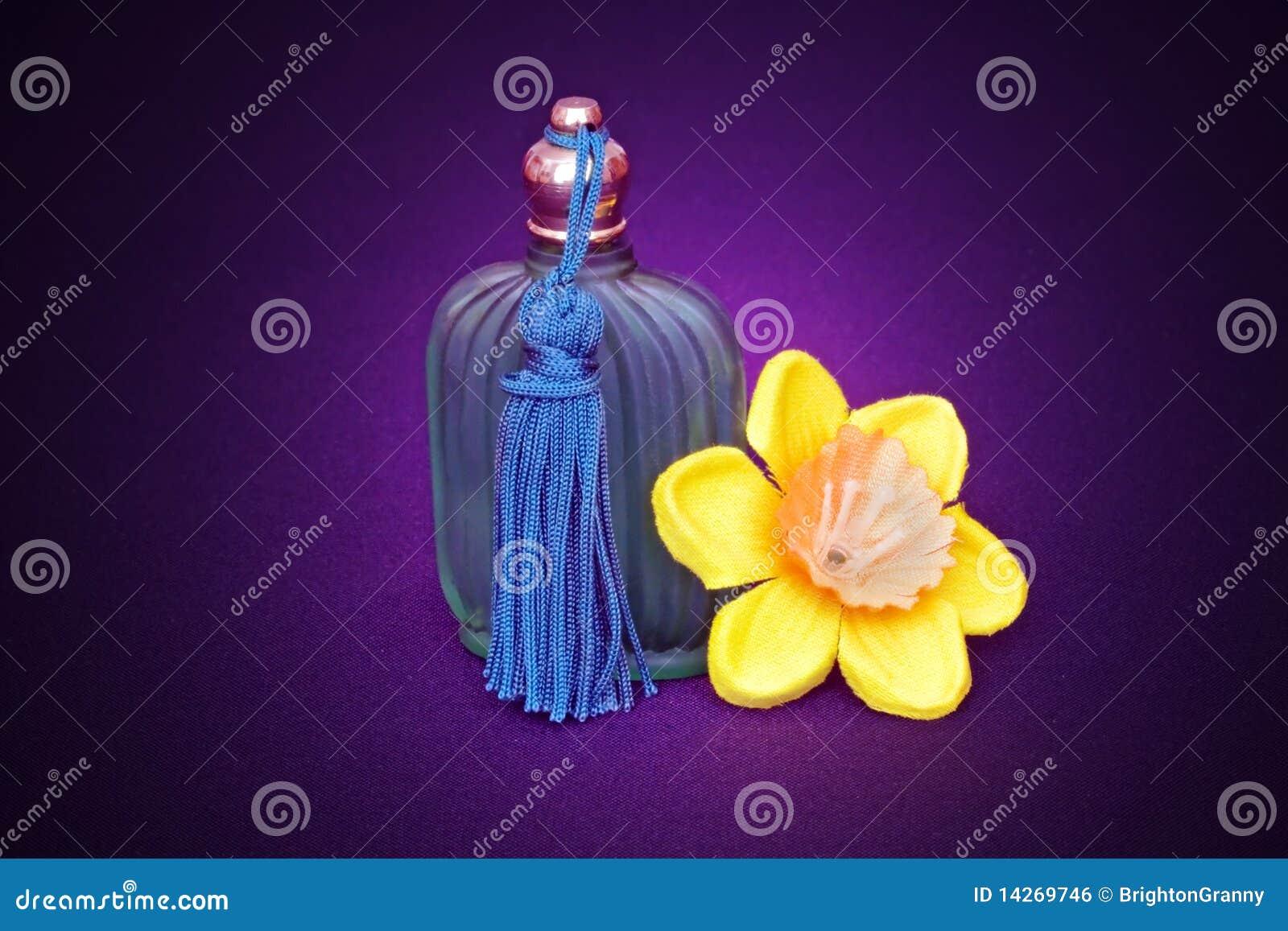 Bottiglia e daffodil di profumo