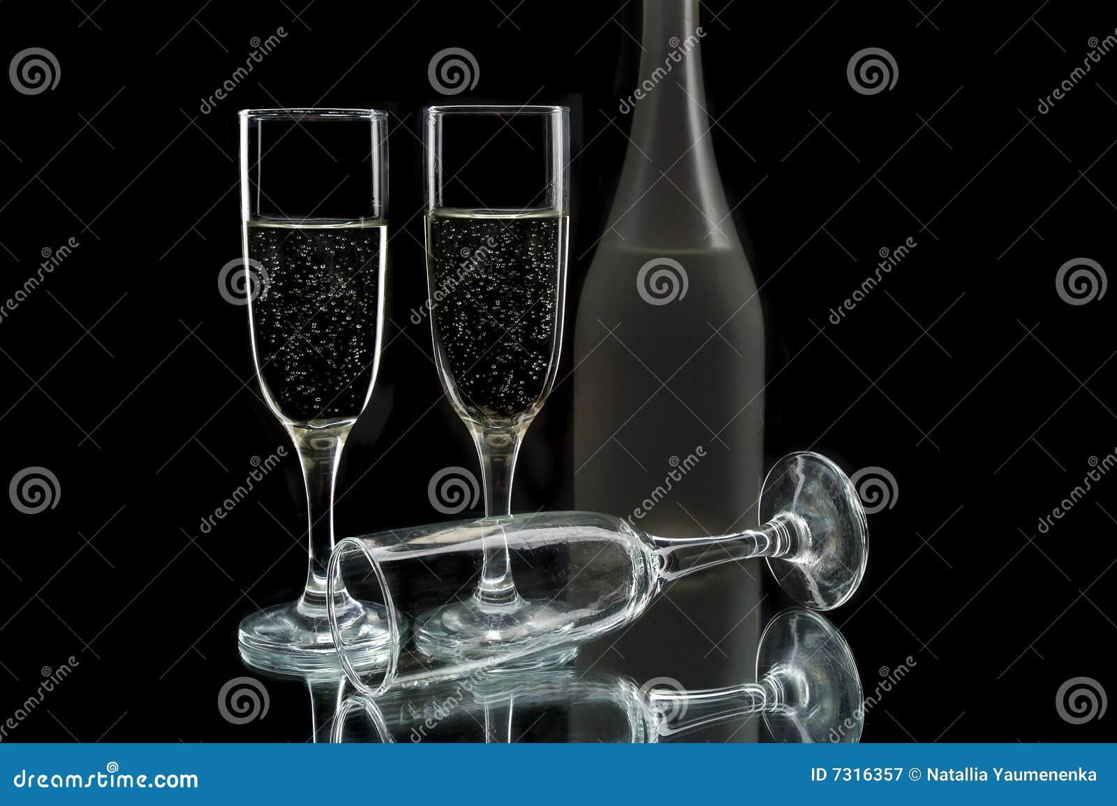 Bottiglia e vetri di vino