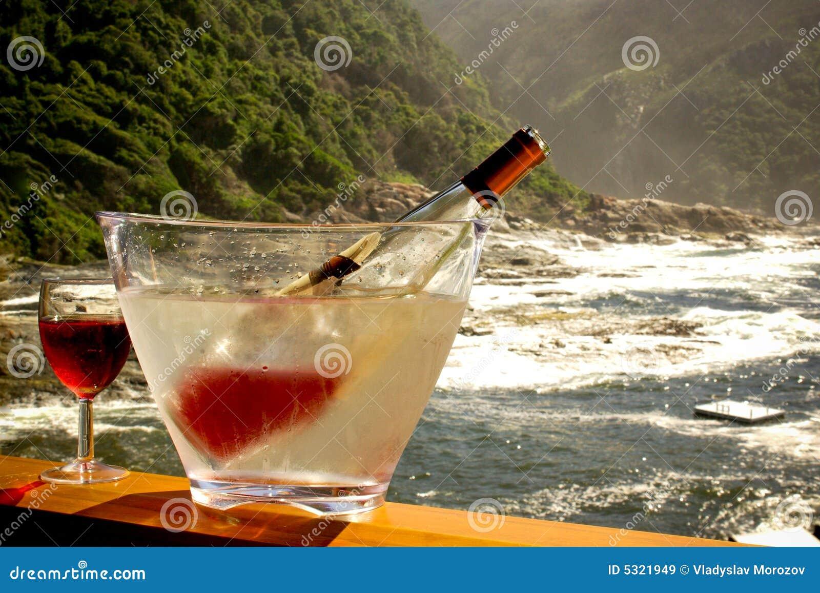 Download Bottiglia E Vetro Di Vino Raffreddati Sul Terrase Ancora Immagine Stock - Immagine di maniglia, benna: 5321949