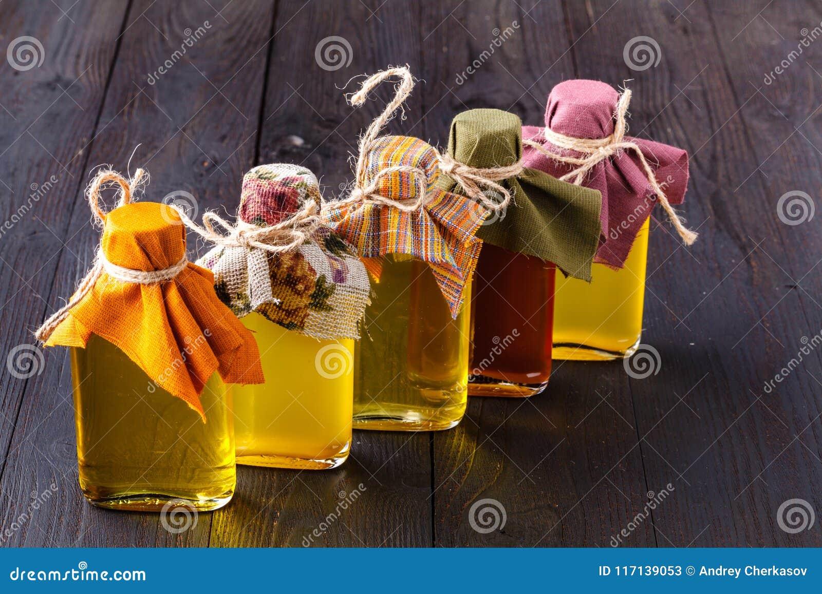 Bottiglie con differenti generi di olio vegetale