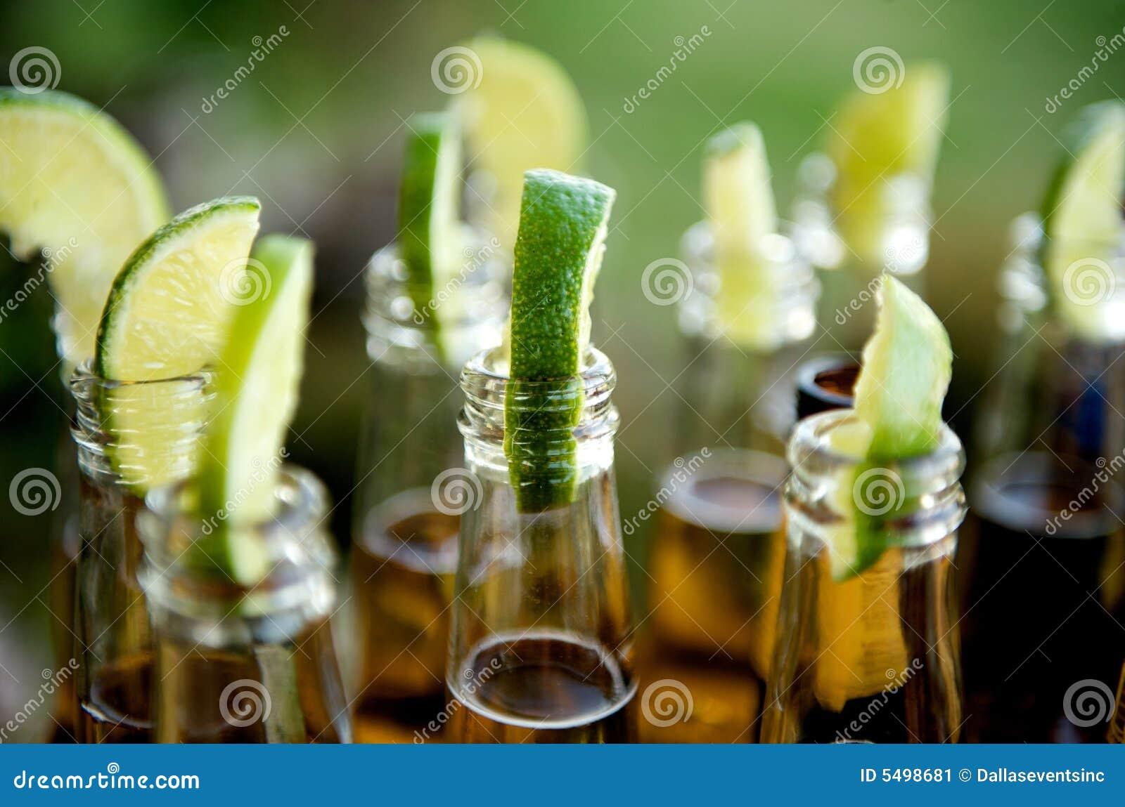 Bottiglie da birra inserite con le calce