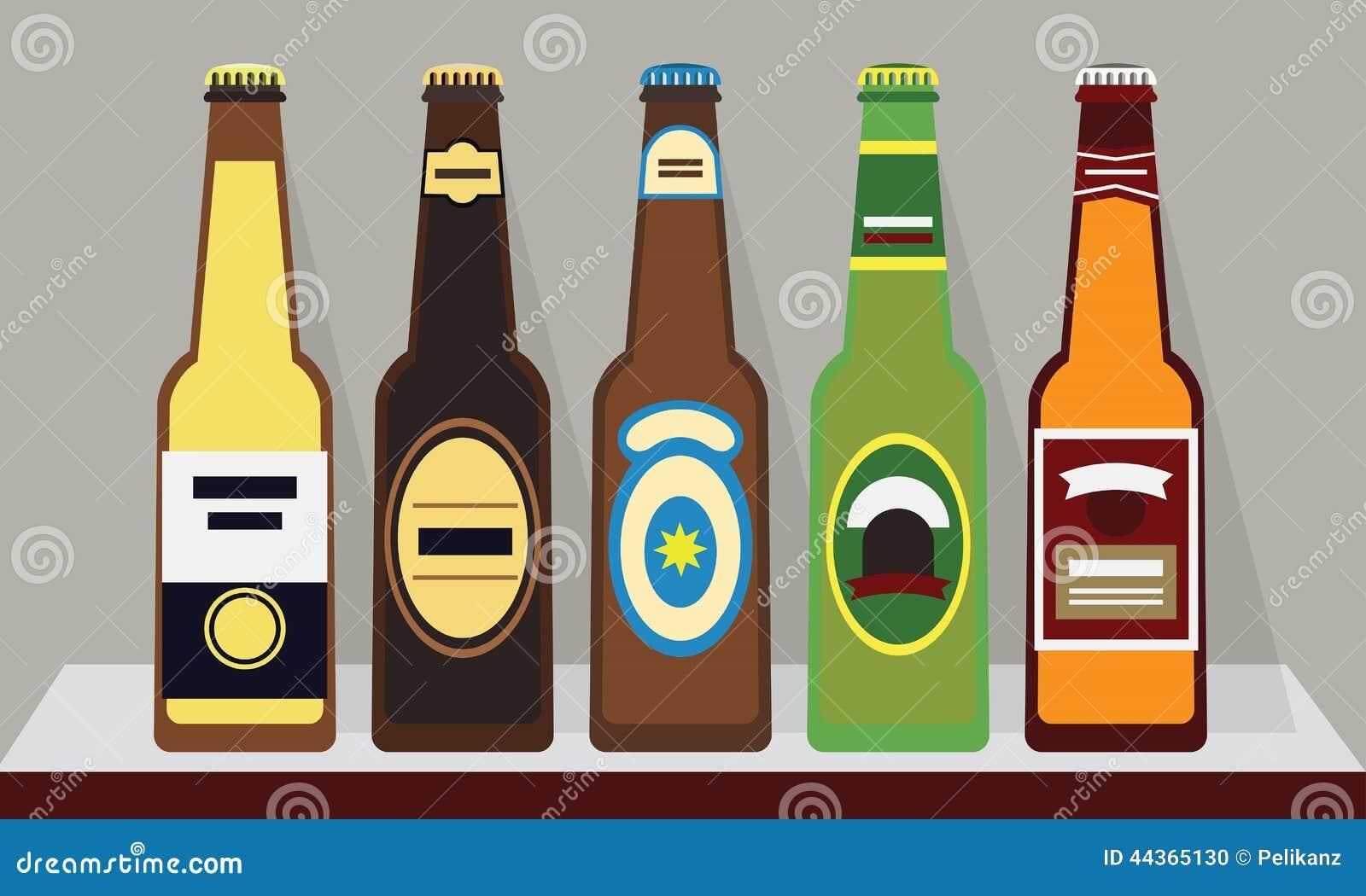 Bottiglie delle birre con i cappucci su uno scaffale, insieme 1