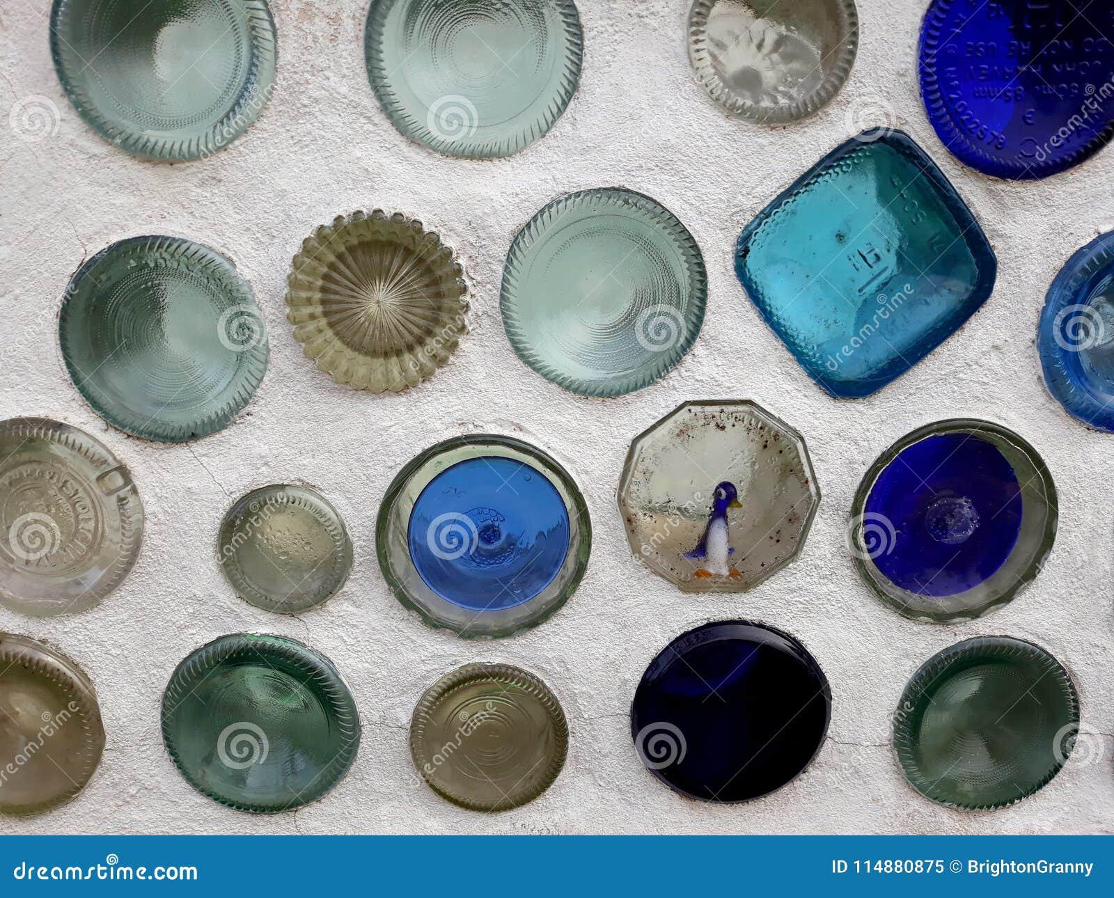 Pareti Con Bottiglie Di Vetro : Bottiglie di vetro sul muro di cemento immagine stock immagine