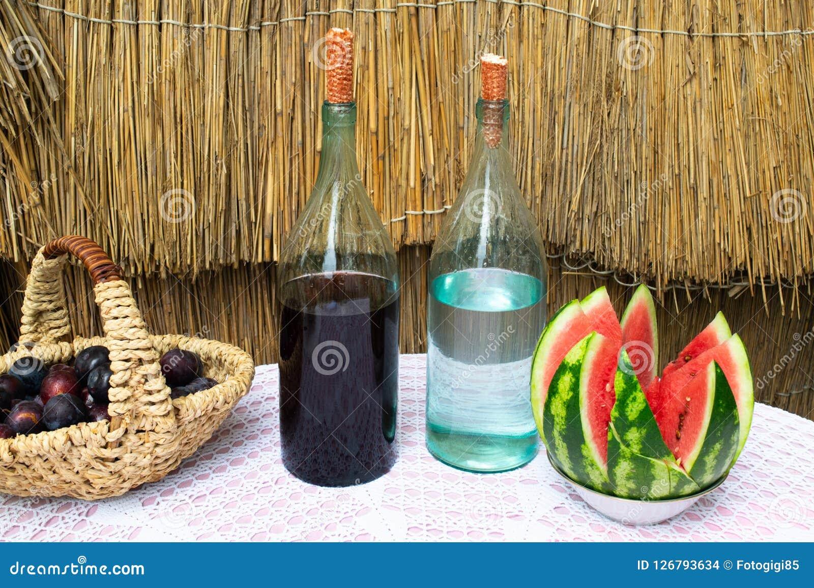 Bottiglie di vino e del chiaro di luna sulla tavola